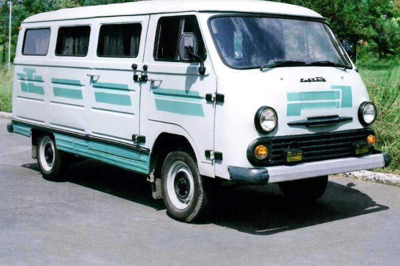 1988 год, ЕрАЗ-762ВГП. Появившийся в конце 80-х пассажирский автобус на базе фургона. Также хорошо виден «фейслифтинг» (на снимке модификация середины 90-х).
