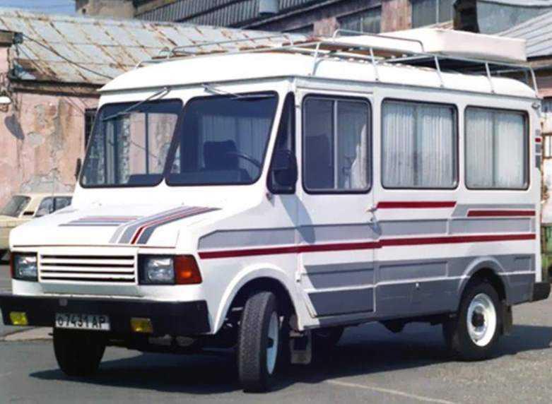 1988 год, ЕрАЗ-37307 «Автодача». Вот в таком виде машина всё-таки попала на конвейер — устарев почти на 20 лет, угодив в самое жерло перестройки. Существовало более 20 модификаций машины. Данная модификация была по сути советским «караваном» для дальних путешествий.